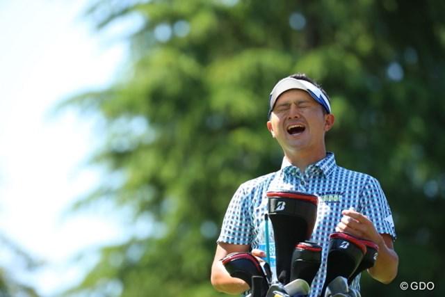 2016年 日本ゴルフツアー選手権 森ビルカップ Shishido Hills 初日 片岡大育 ポカリスエットを飲んでこの表情。なんやねん。
