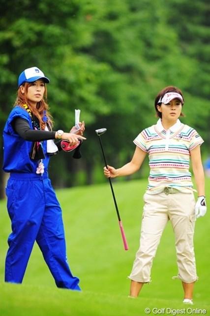 2009年 アクサレディスゴルフトーナメント初日 赤堀奈々&辻村明須香 奈々ちゃんが、えらいタッパのある、きれいなキャディさんやなあと思たら明須香ちゃんでした。ある意味コスプレ?