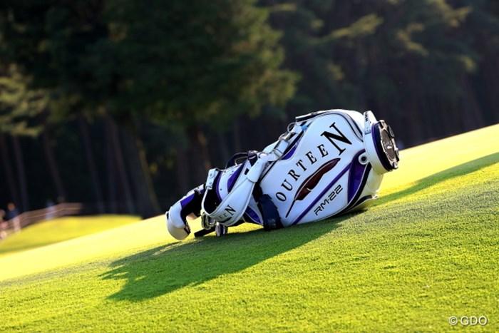 夕暮れ時のキャディバックってSexy! 2016年 日本ゴルフツアー選手権 森ビルカップ Shishido Hills 2日目 フォーティーン