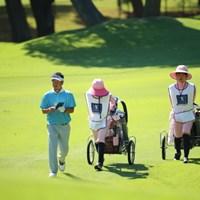 すごいなー、キャディさん二人つれてるみたい。 2016年 日本ゴルフツアー選手権 森ビルカップ Shishido Hills 2日目 上平栄道