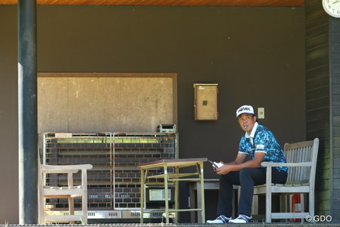 別荘でくつろいでる風。 2016年 日本ゴルフツアー選手権 森ビルカップ Shishido Hills 2日目 富田雅哉