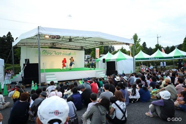 2016年 日本ゴルフツアー選手権 森ビルカップ Shishido Hills 3日目 動物戦隊ジュウオウジャー 戦隊モノのショーが午後6時過ぎに開演。最終組のラウンドが終わってから2時間後だったが、まずまずの盛況ぶり