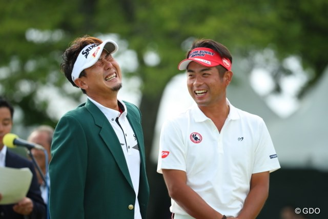 2016年 日本ゴルフツアー選手権 森ビルカップ Shishido Hills 最終日 塚田陽亮&池田勇太 優勝スピーチの出来を池田プロに評価してもらってるところ。