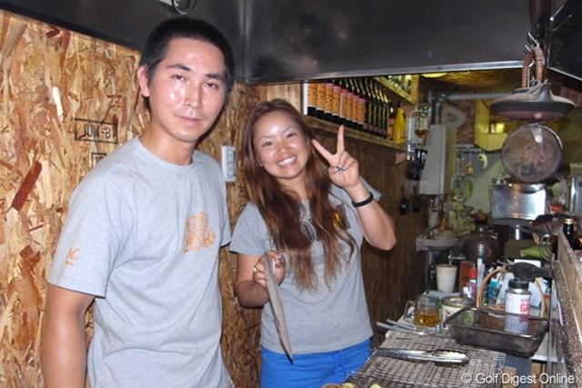 2009年 アクサレディス 2日目 青山加織 千歳にある兄の焼き鳥屋(なおちゃん)が今週の拠点だった青山加織。家族らの熱い応援を受けたが、またも1打足りずに…