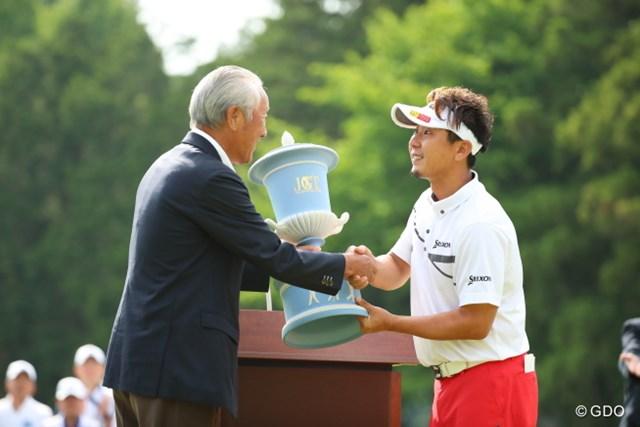 2016年 日本ゴルフツアー選手権 森ビルカップ Shishido Hills 最終日 塚田陽亮 青木功会長から優勝カップを受け取る塚田陽亮。悲願の初勝利だ