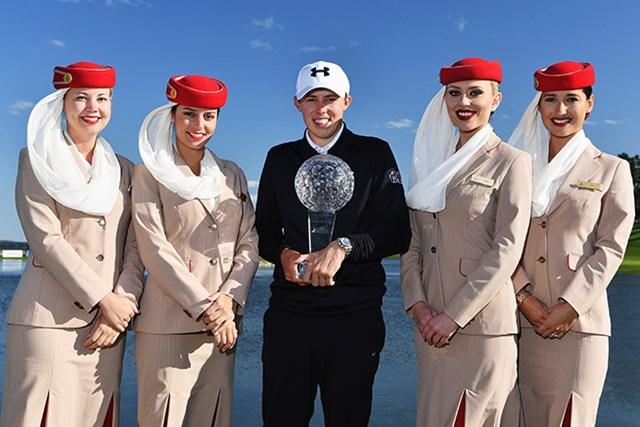 ツアー2勝目を遂げたマシュー・フィッツパトリック。21歳の若者はエミレーツ航空のCAさんに囲まれ、うれしそう(Stuart Franklin/Getty Images)