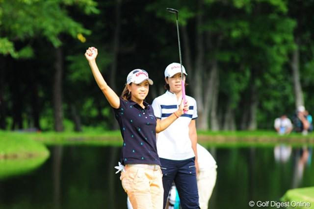 2009年 アクサレディスゴルフトーナメント最終日 上田桃子 ウィニングパットを沈めた上田桃子は「やったぞ」と両手で万歳!