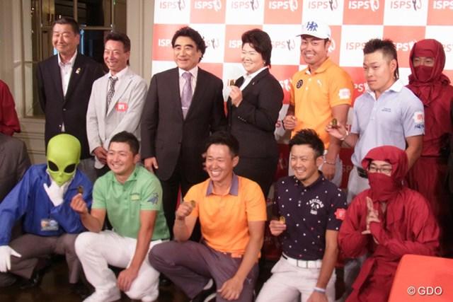 半田晴久会長(写真上段左から3番目)を中心に谷原秀人らISPS契約選手は、宇宙人サンダーや忍者とともに記念撮影した