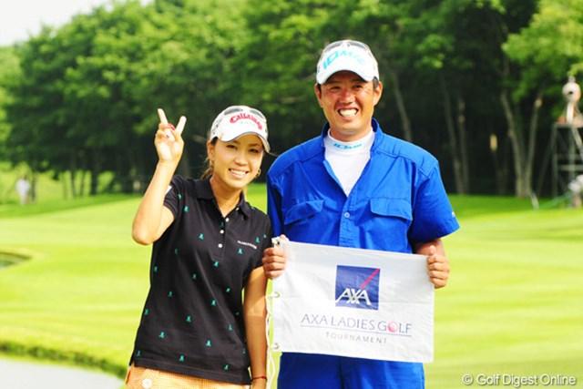 2009年 アクサレディスゴルフトーナメント最終日 上田桃子 モモチ(カメラマンの仲間内ではこう呼んでます)とシミズの記念写真。パチリ!