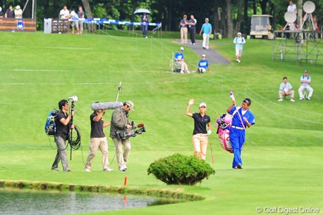2009年 アクサレディスゴルフトーナメント最終日 上田桃子 プレーオフ2ホール目のセカンドショットは、あわや直接カップインのスーパーショット。モモチ恐るべし!