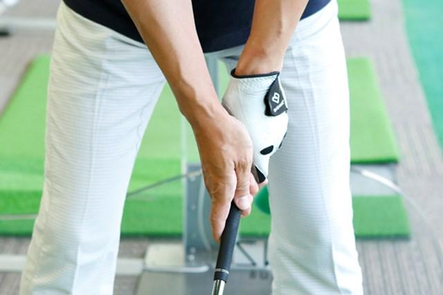右手がかぶさったウィークグリップ。また右手の人差指が伸びているとスイング中にフェースの向きを感じられない