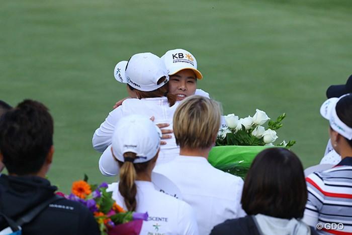 ホールアウト後、偉大な先輩である朴セリにLPGA殿堂入りを祝福される朴仁妃 2016年 KPMG女子PGA選手権 初日 朴仁妃