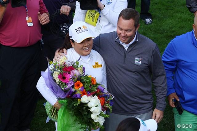 2016年 KPMG女子PGA選手権 初日 朴仁妃 花束を嬉しそうに抱える