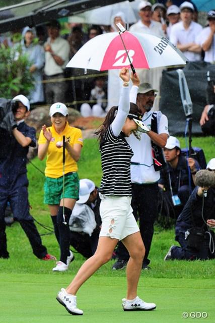 2016年 サントリーレディスオープンゴルフトーナメント 最終日 カン・スーヨン 堀琴音 5メートルのパーパットを沈め、思わず万歳の姐さんに、本気で拍手を贈るコトやん
