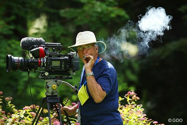 TVのカメラマン、待ち時間の間にシガーをプハーッ、いい感じです