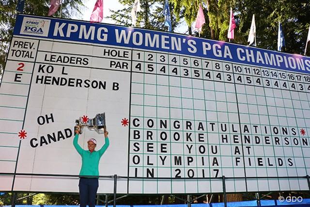2016年 KPMG女子PGA選手権 最終日 ブルック・ヘンダーソン スコアボードには「オーカナダ!おめでとう、来年はオリンピアフィールズで会いましょう!」