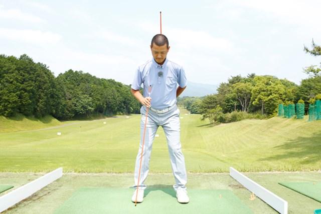 スイングには背骨と右脚の2軸を保つことが不可欠です