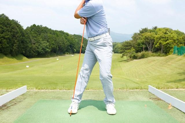 右膝が伸びると背骨の軸が左足側に傾き、体重移動が逆転してしまいます