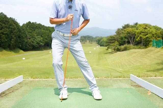 右脚の軸が右にズレれば、背骨の軸もいっしょに右へズレてしまいます