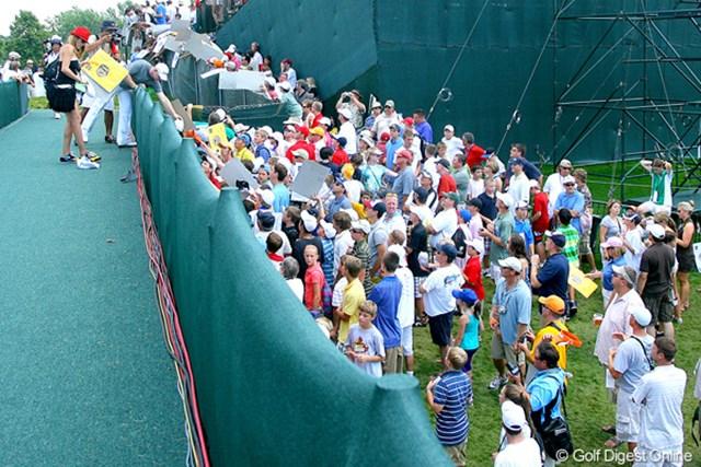 選手の通るところ、どこにでもサインを求める列を作る熱狂的なファン