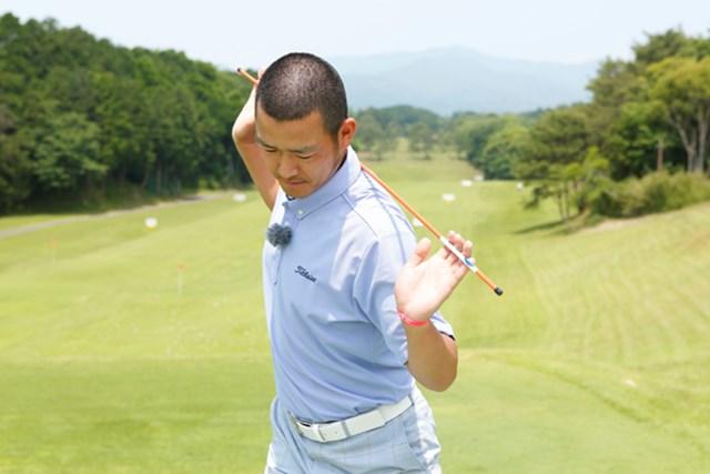 トップでの肩の回転が浅くなると、インパクトで胸が開きアウトサイドイン軌道になるスライス系の球が出やすくなります