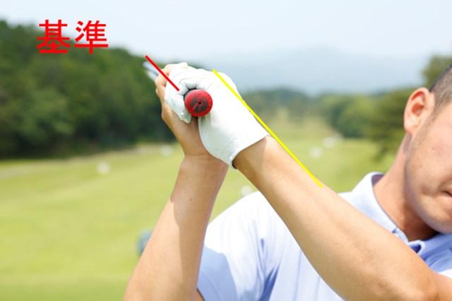 スイングトップで左手の甲と左腕が一直線であれば、インパクト時のフェースはスクエアになり、無駄なサイドスピンが減る