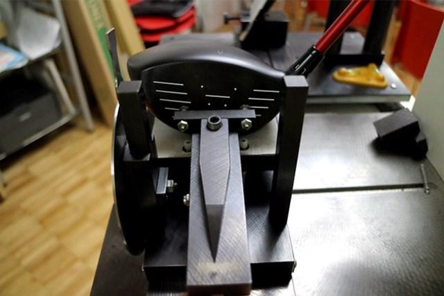 ヨネックス EZONE XPG ドライバー マーク試打(画像 4枚目) 可変スリーブ、スタンダードポジションで、フェース角は-0.5度、重心距離が40.8ミリとやや長めなこともあり、スライサーよりもフッカーとの相性がいい。
