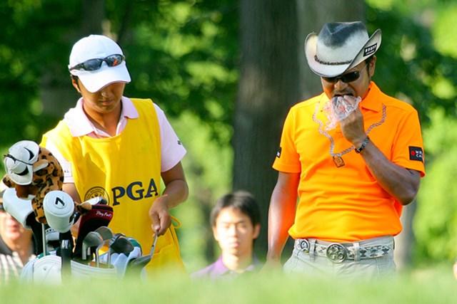 2009年 全米プロゴルフ選手権初日 片山晋呉 やっぱり日本人はコレでしょう。おにぎりを頬張る片山晋呉
