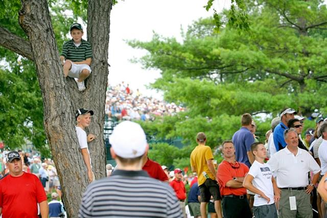 2009年 全米プロゴルフ選手権初日 ギャラリー 人が多過ぎて見えないからといって、そこは危ないでしょう…