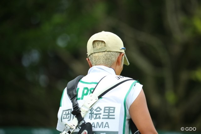 2016年 アース・モンダミンカップ 3日目 岡山絵里キャディ 髪の毛とキャップが同じ色の土田キャディ。