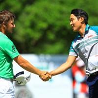 プレーオフを戦い終えた2人。お互いの健闘を称えます。 2016年 ISPSハンダグローバルカップ 最終日 エミリアーノ・グリージョ、朴ジュンウォン