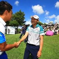 グリーンサイドで朴相賢から祝福の握手。 2016年 ISPSハンダグローバルカップ 最終日 朴ジュンウォン