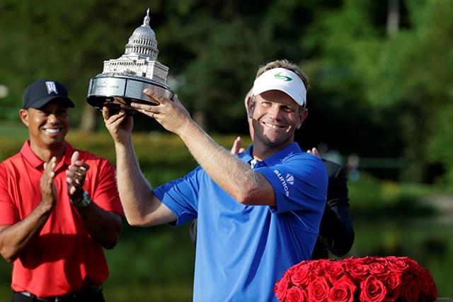 ビリー・ハーレーIIIがツアー初優勝。大会ホストのタイガー・ウッズも祝福した(Rob Carr/Getty Images)