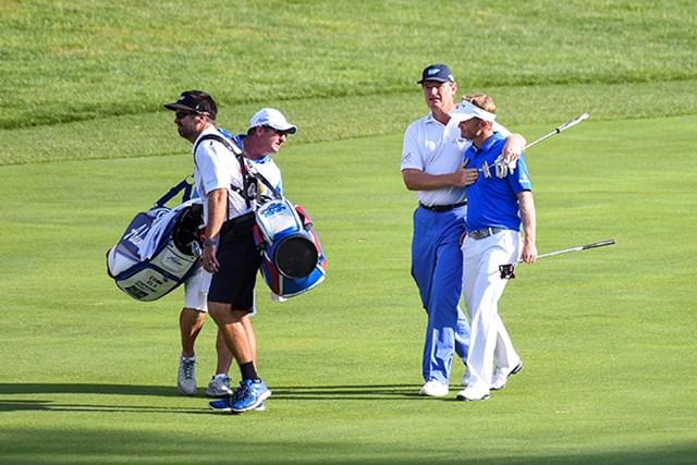 2016年 クイッケンローンズ・ナショナル 最終日 ビリー・ハーレーIII 最終日同組で優勝を争ったエルスは18番フェアウェーでハーレーの肩を抱き、ツアー初Vまでの辛苦をねぎらった(Keyur Khamar/PGA TOUR)