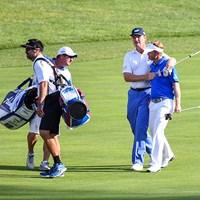 最終日同組で優勝を争ったエルスは18番フェアウェーでハーレーの肩を抱き、ツアー初Vまでの辛苦をねぎらった(Keyur Khamar/PGA TOUR) 2016年 クイッケンローンズ・ナショナル 最終日 ビリー・ハーレーIII
