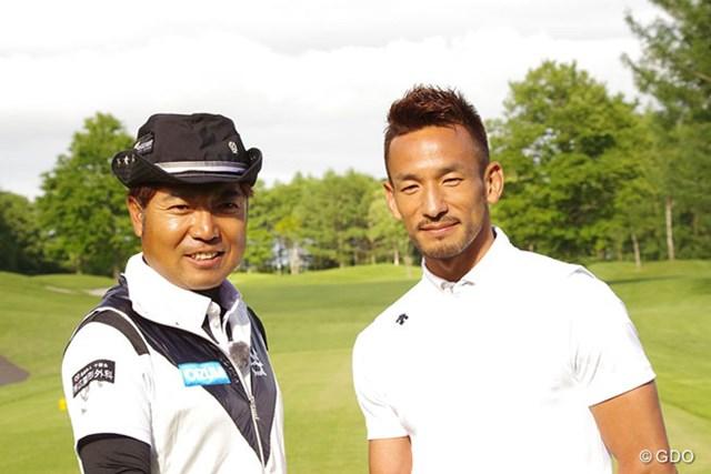 2016年 ネスレインビテーショナル 日本プロゴルフマッチプレー選手権 レクサス杯 事前 片山晋呉 中田英寿氏 中田英寿氏(写真右)は鋭いショットを連発。バーディを奪うなど、片山晋呉を相手に引き分け