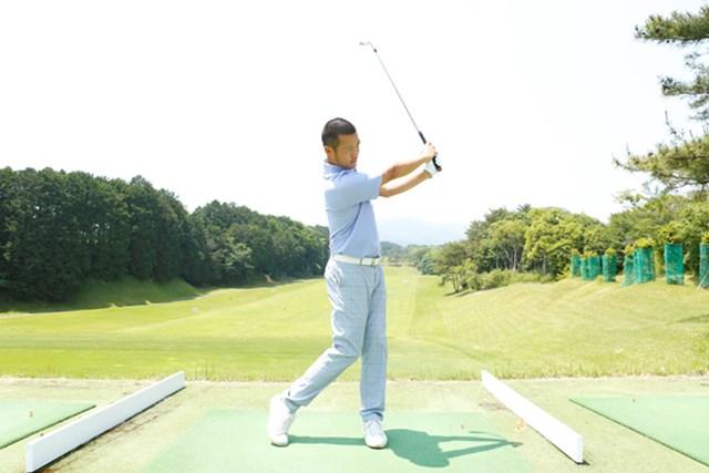 体の回転と体重移動のバランスが取れた理想的なスイング