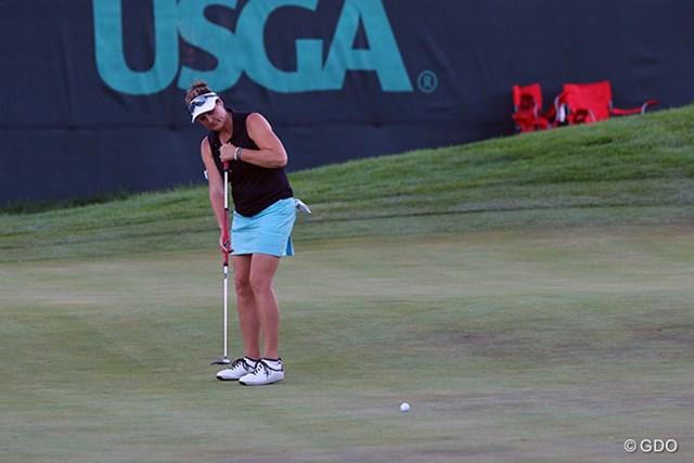 LPGAにもいた長尺派選手(マリア・マクブライド)。アンカリングのルールをきっちり守ってパッティングしてます