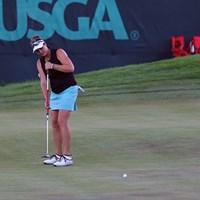 LPGAにもいた長尺派選手(マリア・マクブライド)。アンカリングのルールをきっちり守ってパッティングしてます 2016年 全米女子オープン 2日目 長尺パター