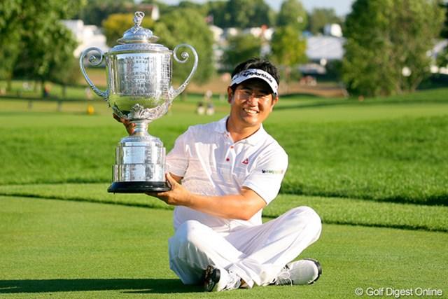 2009年 全米プロゴルフ選手権最終日 Y.E.ヤン アジア勢では初のメジャー制覇を遂げたY.E.ヤン。「Very Heavy…」と座って記念撮影