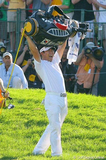 2009年 全米プロゴルフ選手権最終日 Y.E.ヤン とにかく大喜びのY.E.ヤン。キャディバッグを持ち上げて「ヤッター!」