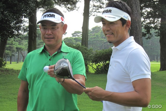平塚プロ(左)はフェード系、矢野プロ(右)はドロー系と、球筋の違う2人だが、『RS ドライバーF』を使用中