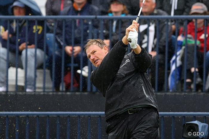 エルスはキャップを脱いでプレー。つばから落ちる雨粒が気になる 2016年 全英オープン 2日目 アーニー・エルス キャップ