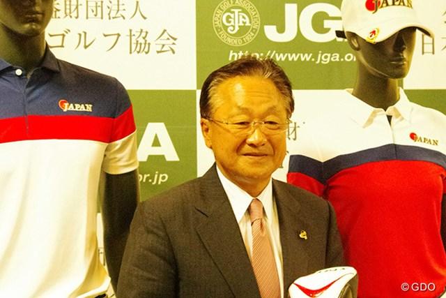 2016年 リオデジャネイロ五輪 事前 倉本昌弘 公式ウェアに挟まれる倉本昌弘強化委員長。「日本としてメダルを目指す」と意気込んだ