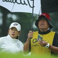 右のキャディが鎧をまとった武将に見えた。 2016年 センチュリー21レディスゴルフトーナメント 初日 古屋京子