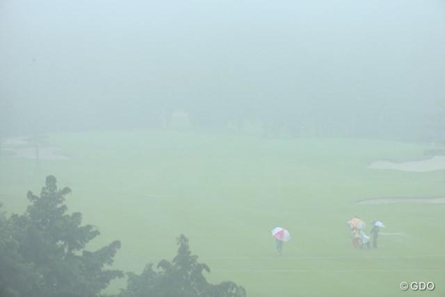 2016年 センチュリー21レディスゴルフトーナメント 初日 濃霧 正午過ぎから濃霧がコースを覆い、進行が大きく遅れた