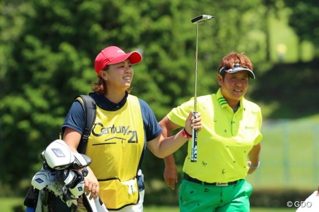 2016年 センチュリー21レディスゴルフトーナメント 2日目 表純子 前田久仁子 約1年ぶりに前田久仁子(写真左)とコンビ再結成。表純子は夫不在の一戦で優勝争いに加わった