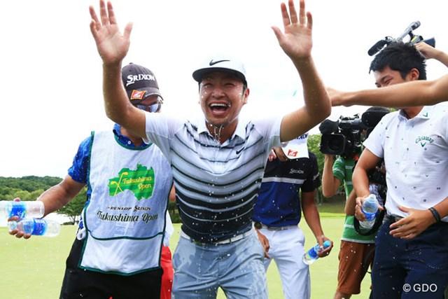 やっと笑った…ホールアウト後、時松隆光は初勝利を仲間から祝福された