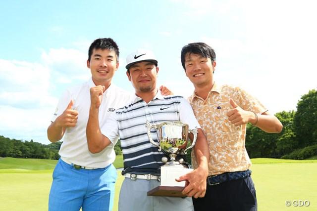 2016年 ダンロップ・スリクソン福島オープンゴルフトーナメント 最終日 時松隆光、川村昌弘、浅地洋佑 俺たちも一緒に写真とってくださ~いって記念撮影
