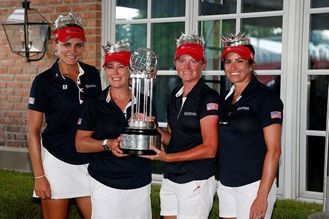 優勝した米国チーム。左からレクシー・トンプソン、クリスティ・カー、ステーシー・ルイス、ジェリーナ・ピラー(Matt Sullivan/Getty Images)